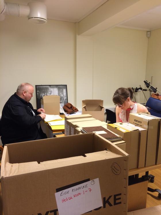 På biletet ser vi Madeleine Zetterlund Stenhammer og Nikolai Brandal frå Senter for menneskerettigheter i full gang med granskinga på IKA sin lesesal i Ålesund. Foto: Guro Flø, IKAMR.