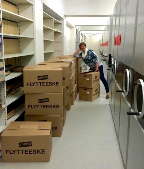 Sølvi Knudsen, konsulent ved IKAMR, pakkar ut avleverte arkiv. Foto: Guro Flø, IKAMR.