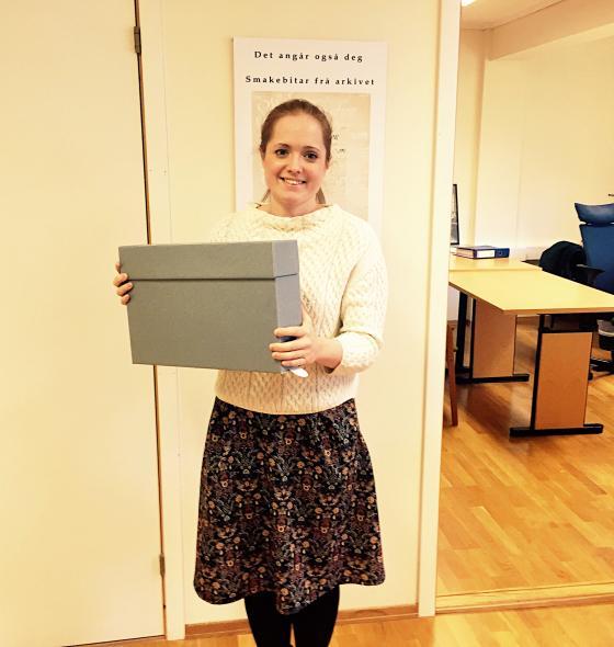 Rådgjevar Vibeke Lunheim med eit eksemplar av dei nye arkivboksane Riksarkivet krev skal brukast til lagring av dokumentasjon. Foto: Ingunn Vestnes, IKAMR.