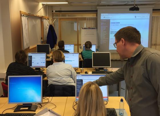 Kurshaldar Ole Stian Hovland og nokre av kursdeltakarne. Foto: Guro Flø, IKAMR.