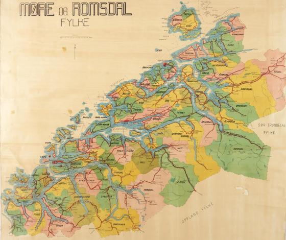Kommunekartet over Møre og Romsdal, teikna i 1952. Då var det 69 kommunar i fylket. Det er verd å merke seg at kommunestrukturen ber preg av at sjøen var mykje viktigare enn landevegen som transportåre. Difor var det naturleg at ein kommune låg på begge sider av ein fjord. Sjå også Smøla som då var tre kommunar.