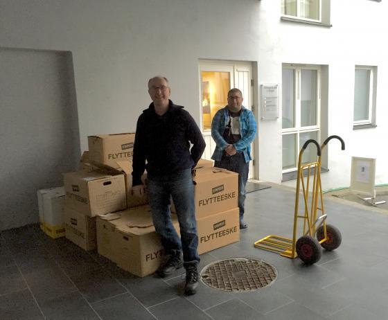 Kjell Arne Valldal, Norddal kommune, og Kristian Hove, IKAMR, sørger for at flyttekassene med avslutta legejournalar osb kjem i magasin ved IKAMR. Foto: Åsta Vadset, IKAMR.