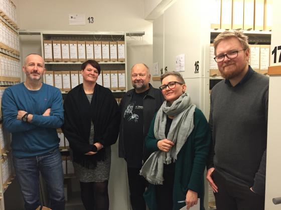 Ein blid gjeng på omvisning i magasinet. Frå venstre: Eirik Jenssen, Kari Rundmo, Åge Brekk, Åsta Vadset og Dan Velle. Foto: Geir Håvard Ellingseter, IKAMR.