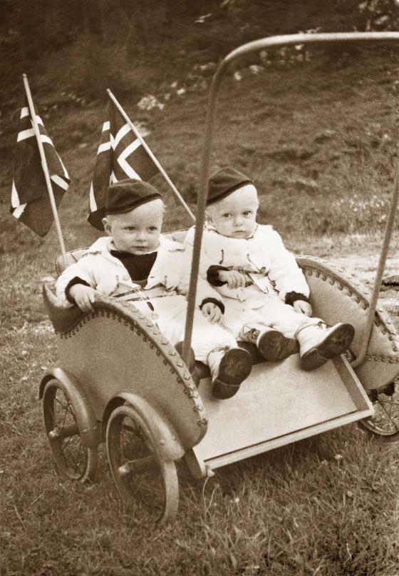 Oskar og Martin Solås feira sin første 17.mai fredsvåren 1945. Foto: ukjent.