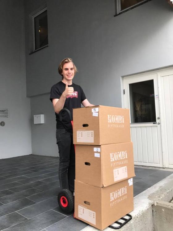 Emil Stokkevåg med mottatt arkiv, første dag på jobb måndag denne veka.
