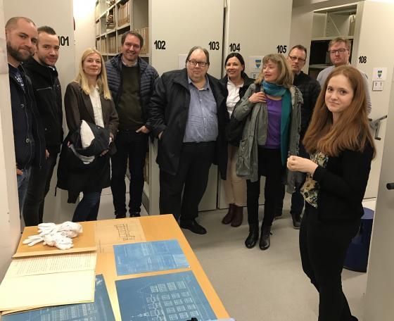 Tilsette ved Ålesund vgs studerer arkiv etter arkitekt Fürst. Foto: Geir Håvard Ellingseter, IKAMR