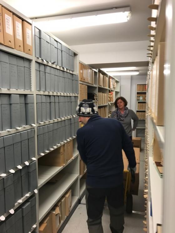 Sølvi Knudsen pakkar ned og Jan Aakvik flyttar ferdigpakka arkiv. Foto: Guro Flø, IKAMR