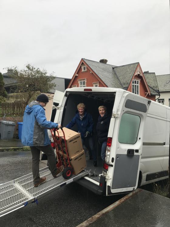I ausande regnver kom Anne-Beate Ulleland og Guro Grønningsæter frå Molde kommune med arkiv. IKAMR ved Dan Andre Velle tek imot arkivet. Foto: Guro Flø, IKAMR