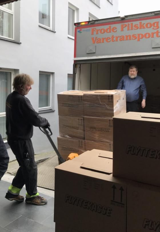 Gunnar Morsund ved IKAMR hjelper transportøren med å få ein av tre pallar av bilen. Foto: Guro Flø, IKAMR.
