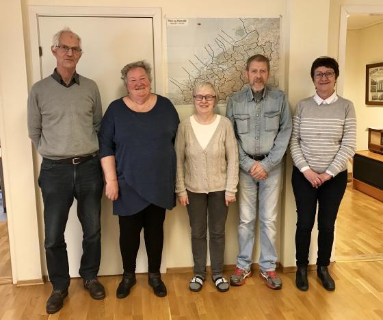 Frå venstre mot høgre: Ole Dahle, Randi Viddal, Marit Pauline Kvalsvik, Kai Løseth og Britt Unni Sporsheim. Foto: Åsta Vadset, IKAMR.